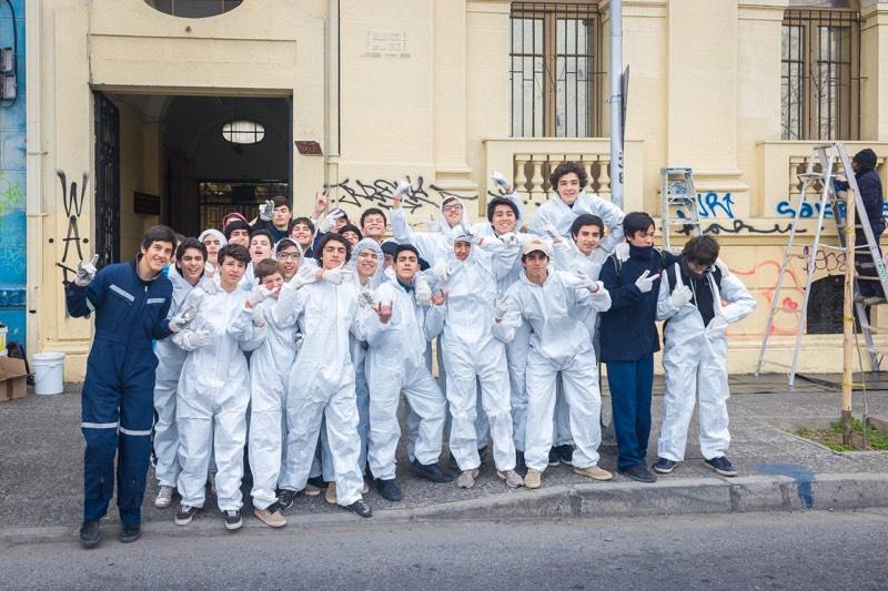 Alumnos de enseñanza media pintan fachada afectada por graffitis