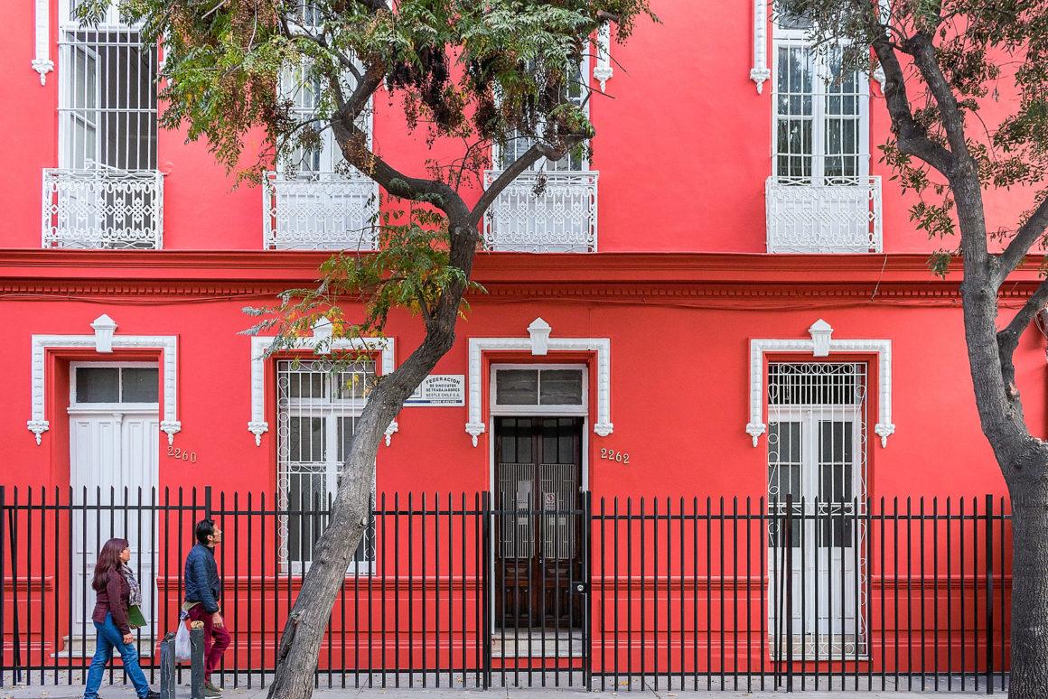 Brigadas anti rayadas restauró la fachada de Nestlé Chile